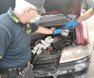 https://www.tp24.it/immagini_articoli/27-10-2020/1603818457-0-sicilia-nbsp-arriva-dalla-tunisia-con-il-tabacco-di-contrabbando-nel-vano-motore-dell-auto.png