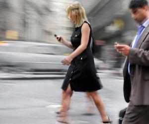 https://www.tp24.it/immagini_articoli/28-11-2019/1574926821-0-alza-occhi-telefono-quando-cammini-allarme-smartphone-walking.jpg