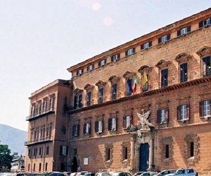 https://www.tp24.it/immagini_articoli/28-11-2019/1574957964-0-parlamentari-siciliani-dovevano-tagliare-vitalizi-sono-aumentati-pensione.jpg