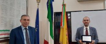 https://www.tp24.it/immagini_articoli/29-05-2020/1590753555-0-castellammare-il-commissario-giovanni-modica-lascia-la-citta-il-saluto-del-sindaco.jpg