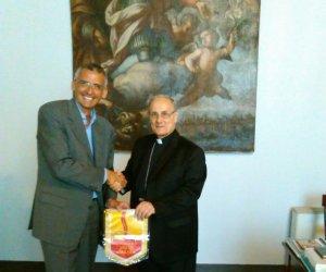 https://www.tp24.it/immagini_articoli/29-06-2016/1467185958-0-mazara-il-vescovo-mogavero-incontra-il-presidente-dell-associazione-strada-del-vino.jpg