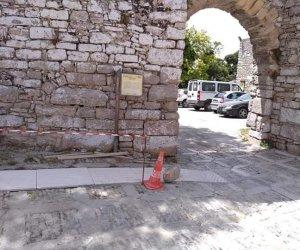 https://www.tp24.it/immagini_articoli/29-06-2020/1593413620-0-lo-scempio-della-passerella-nel-borgo-medievale-di-erice-nbsp.jpg