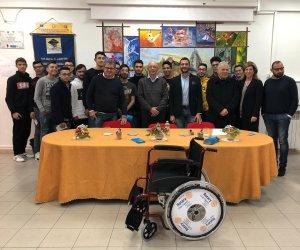https://www.tp24.it/immagini_articoli/29-11-2019/1575017734-0-trapani-rotary-regala-sedia-rotelle-allistituto-vinci.jpg