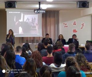 https://www.tp24.it/immagini_articoli/29-11-2019/1575039789-0-mazara-vallo-violenza-genere-scuola-larma-carabinieri.jpg