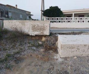 https://www.tp24.it/immagini_articoli/30-08-2019/1567122391-0-petrosino-lungomare-biscione-stacca-banchina-laterale-cemento.jpg